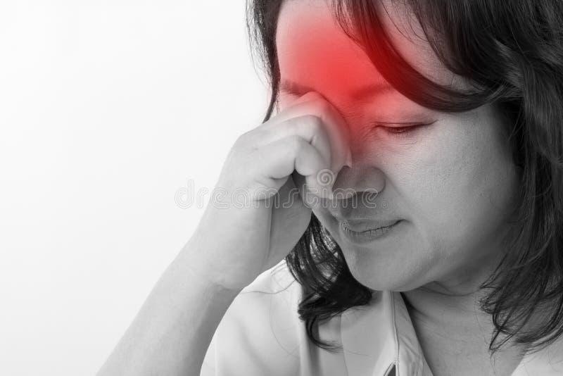 Mujer enferma, subrayada que sufre del dolor de cabeza, tensión foto de archivo libre de regalías