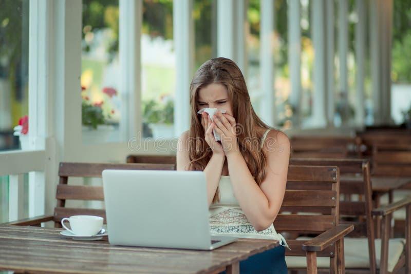 Mujer enferma trabajando en laptop imagen de archivo libre de regalías