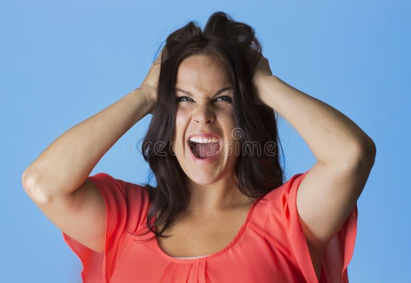 Mujer enloquecida y frustrada que tira de su pelo imágenes de archivo libres de regalías