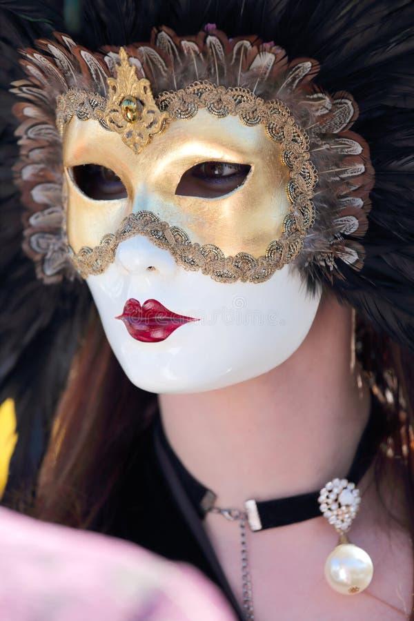 Mujer enmascarada con las plumas en el carnaval de Venecia imágenes de archivo libres de regalías