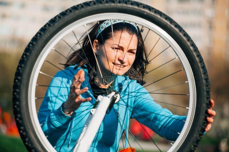 Mujer enojada con problema de la bici fotografía de archivo libre de regalías
