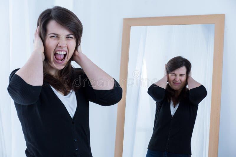 Mujer enojada de griterío foto de archivo