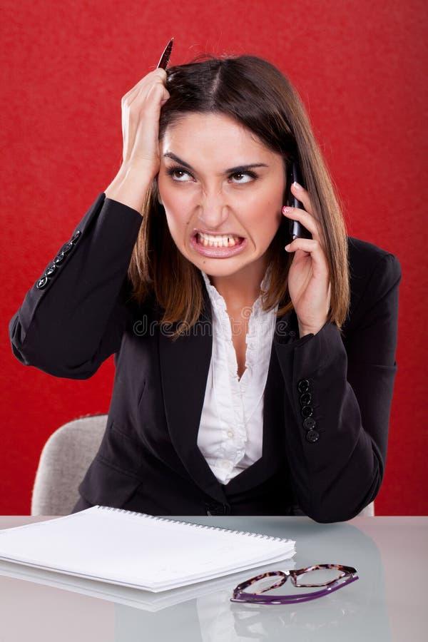 Mujer enojada en el trabajo imagenes de archivo