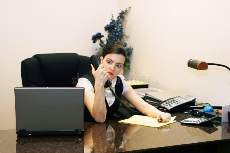 Mujer enojada en su teléfono foto de archivo