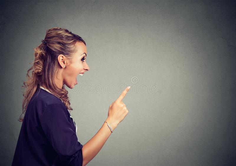 Mujer enojada hermosa joven del perfil lateral que grita fotografía de archivo
