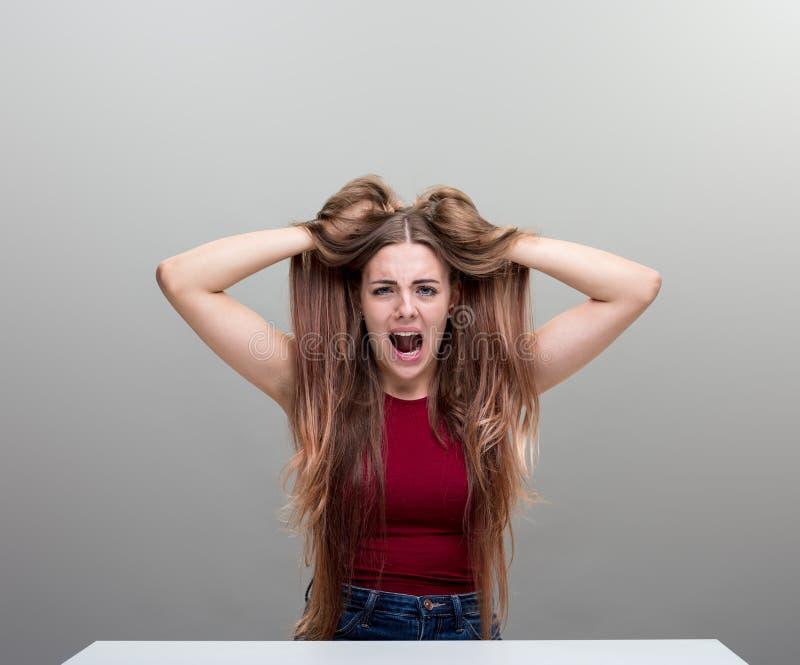 Mujer enojada joven por completo de la tensión foto de archivo libre de regalías