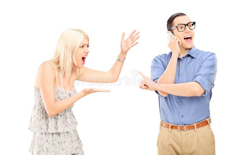 Mujer enojada que grita en su novio foto de archivo