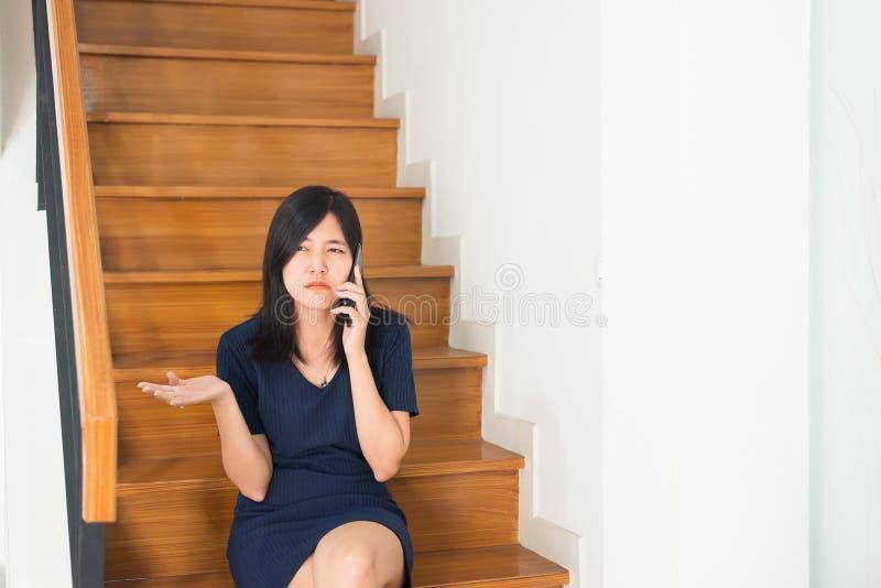 Mujer enojada que piensa en el divorcio algunas personas, discusión femenina infeliz imagen de archivo