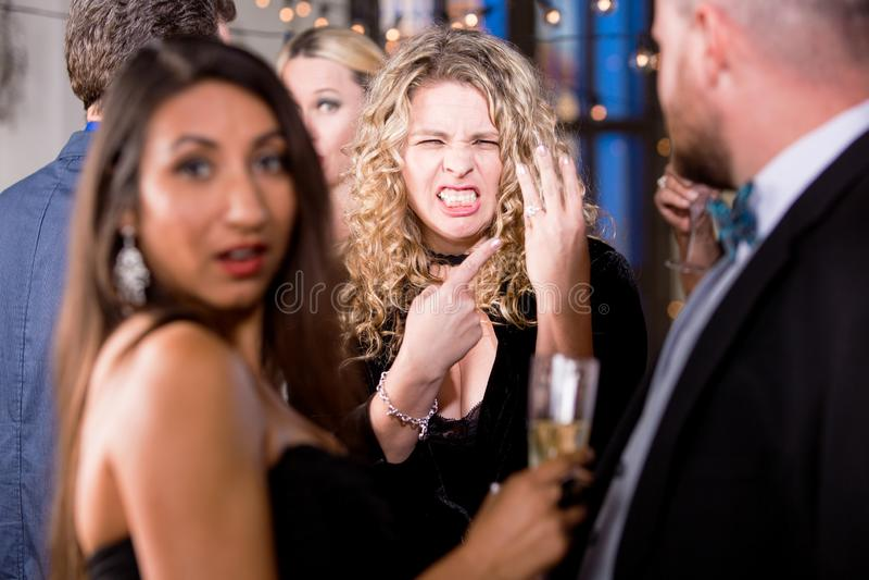 Mujer enojada que señala al anillo de bodas imagenes de archivo