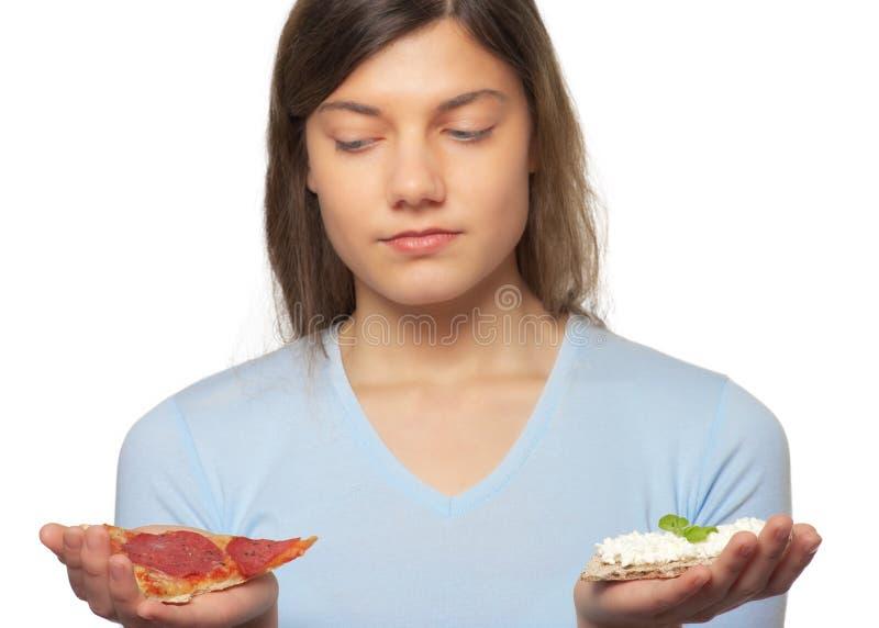 Mujer entre la pizza y el biscote curruscante fotos de archivo