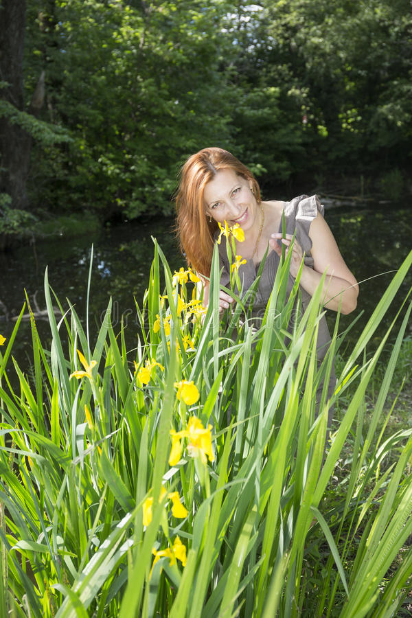 Mujer entre los iris en el agua fotografía de archivo libre de regalías