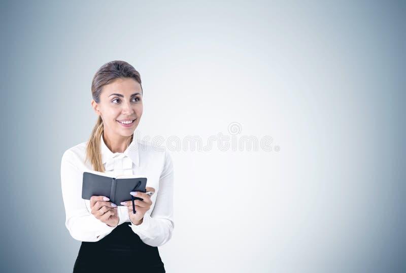 Mujer entusiasta con una alisadora fotografía de archivo