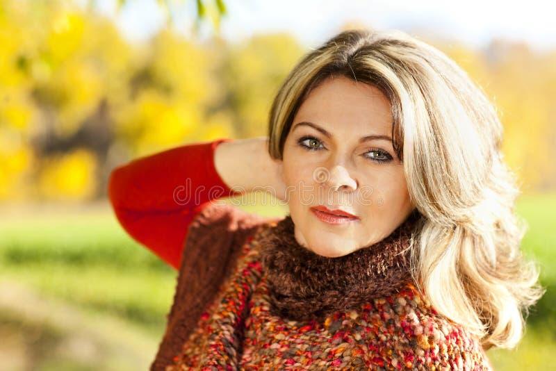 Mujer envejecida centro atractivo - retrato foto de archivo