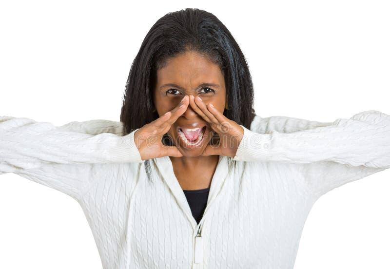 Mujer envejecida centro enojado que tiene ataque de nervios que grita imagen de archivo