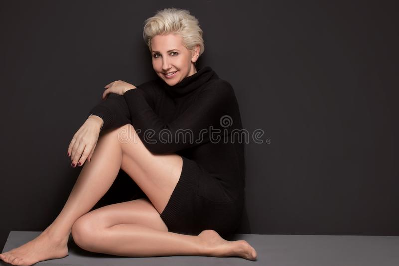 Mujer envejecida centro hermoso con el peinado corto imágenes de archivo libres de regalías