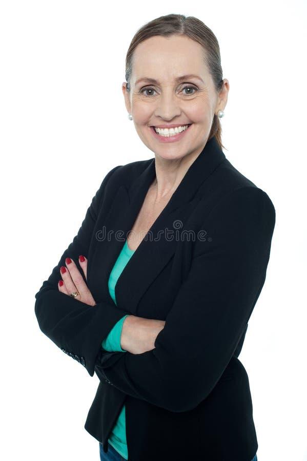 Mujer envejecida centro que presenta contra el fondo blanco fotos de archivo