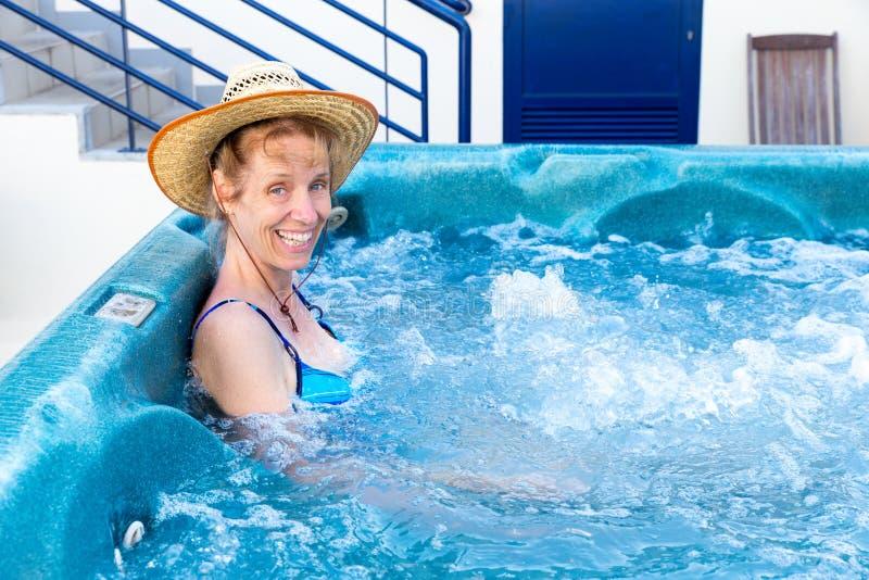 Mujer envejecida centro que se baña en tina caliente fotos de archivo libres de regalías
