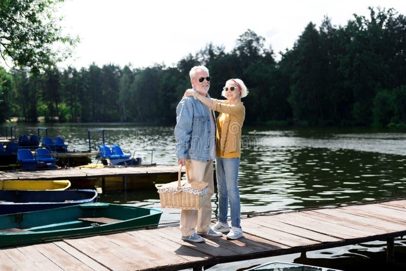 Mujer envejecida de emisión que abraza a su marido elegante hermoso fotografía de archivo libre de regalías