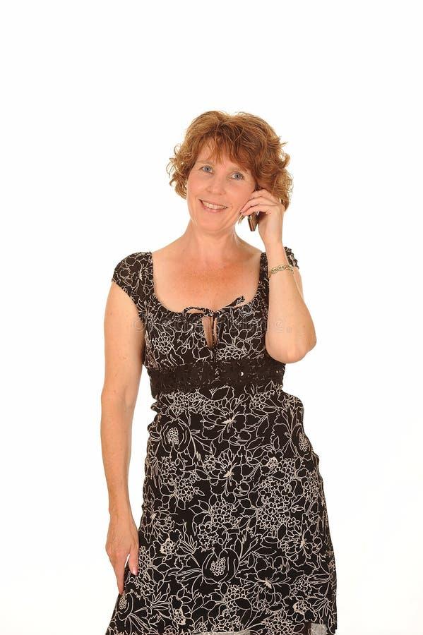 Mujer envejecida media en el teléfono fotografía de archivo libre de regalías