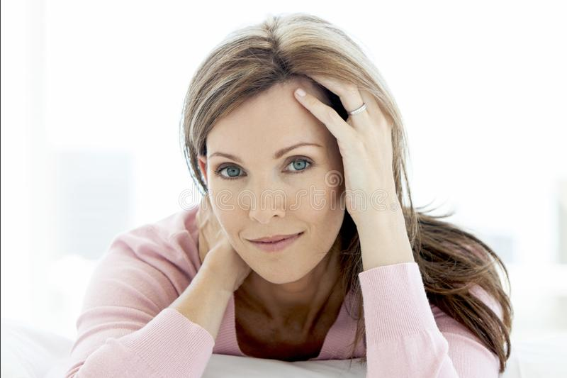 Mujer envejecida media magnífica que miente abajo mirando la cámara - retrato imagen de archivo
