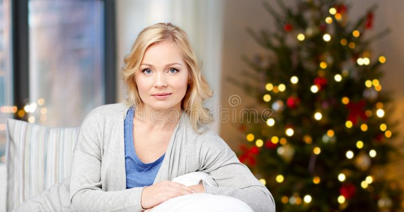 Mujer envejecida media sobre luces del thee de la Navidad imagenes de archivo