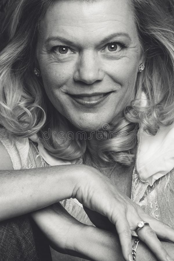 Mujer envejecida media sonriente fotografía de archivo libre de regalías