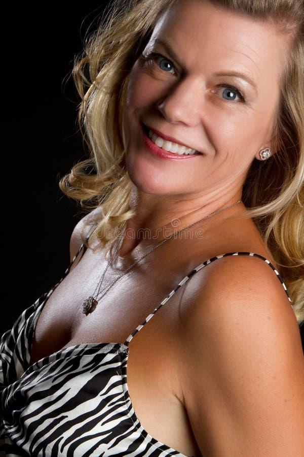Mujer envejecida media sonriente foto de archivo