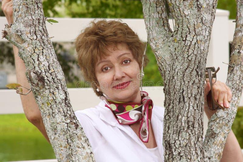 Mujer envejecida media sonriente ocasional foto de archivo libre de regalías