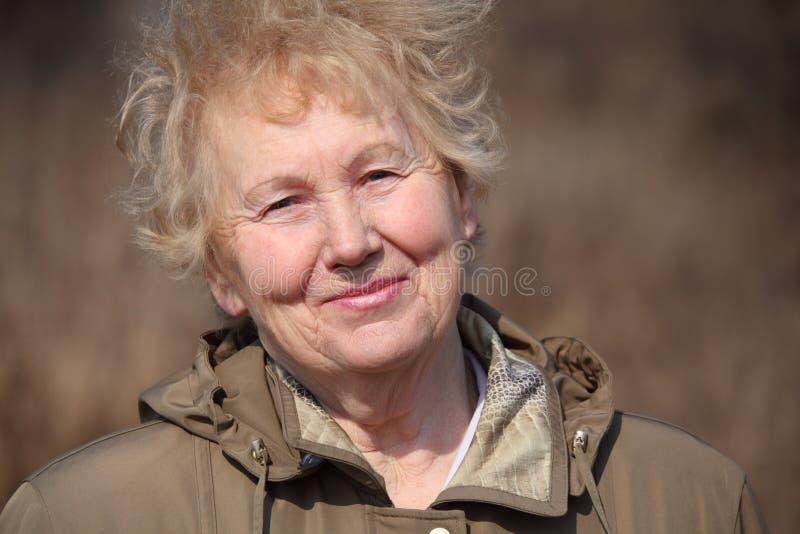 Mujer envejecida sonriente foto de archivo