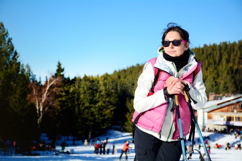 Mujer equipada que camina en una alta montaña del invierno foto de archivo libre de regalías