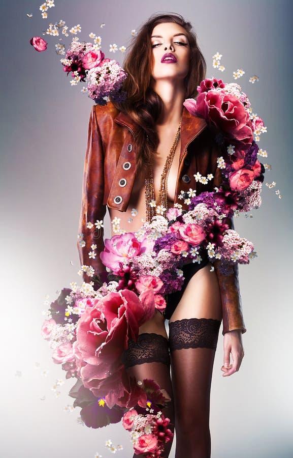 Mujer erótica bastante magnífica en chaqueta marrón fotos de archivo