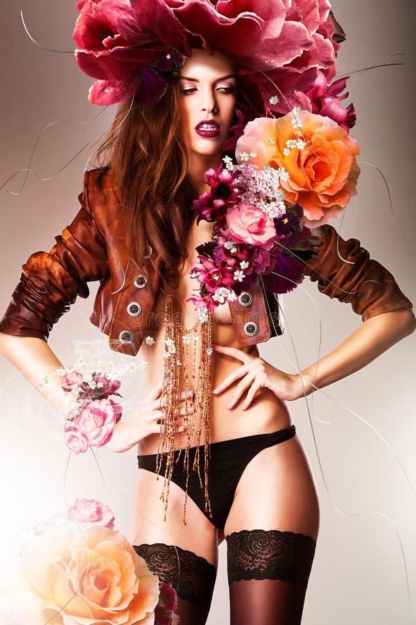 Mujer erótica bastante magnífica en chaqueta marrón imagenes de archivo