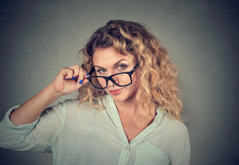 Mujer escéptica confusa que le mira con la desaprobación imagen de archivo