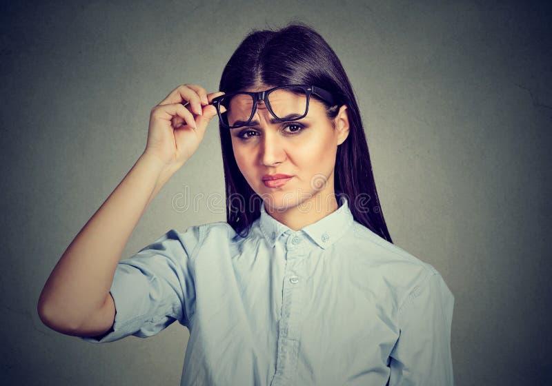 Mujer escéptica confusa que le mira con la desaprobación fotos de archivo libres de regalías