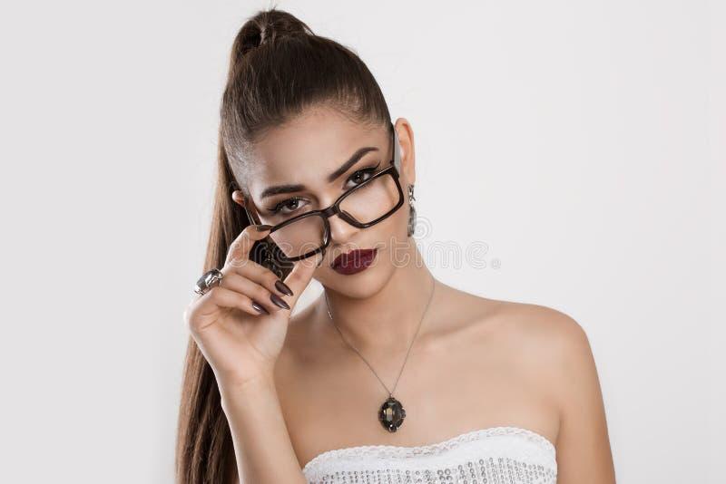 Mujer escéptica en lentes elegantes del ojo imagen de archivo