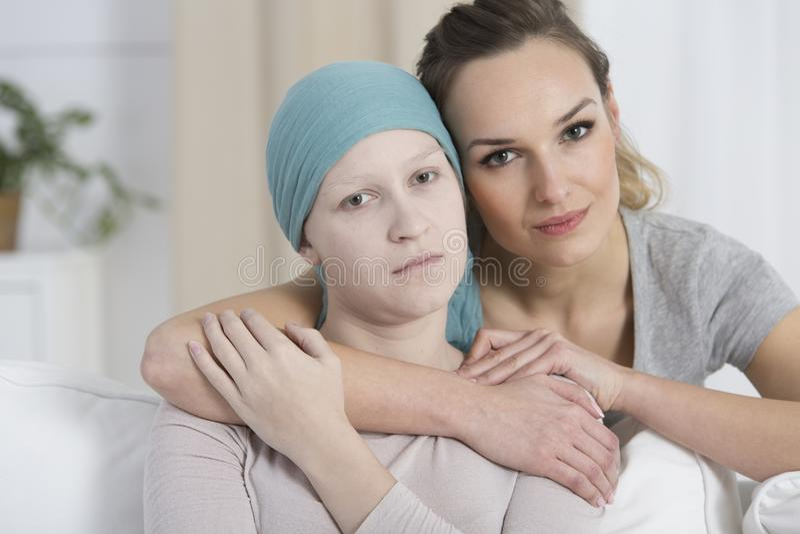 Mujer esperanzada que abraza a la muchacha triste fotos de archivo libres de regalías
