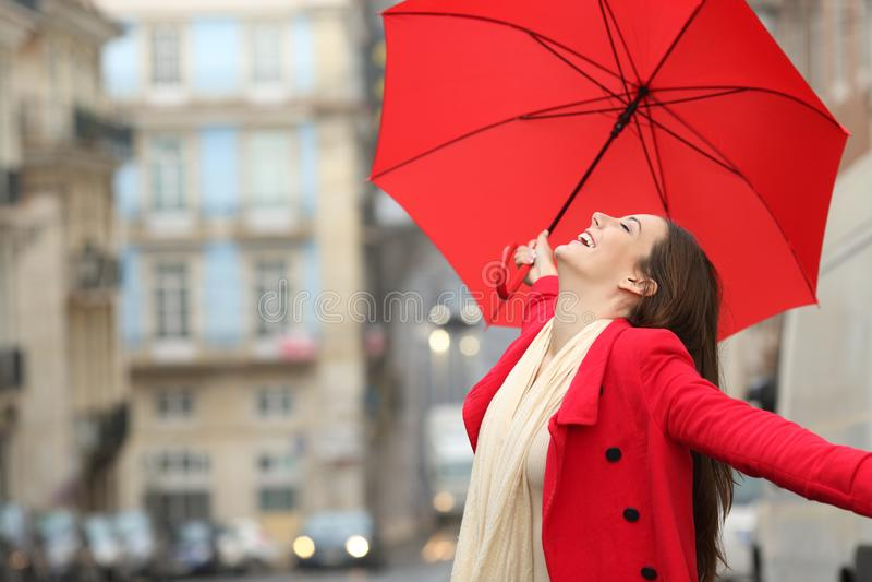 Mujer espontánea que celebra debajo de la lluvia en invierno fotos de archivo