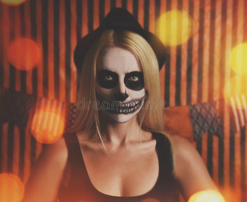 Mujer esquelética del traje con las luces del partido imagenes de archivo