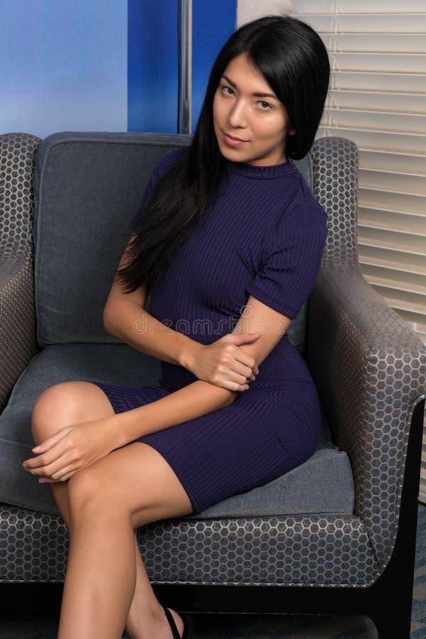 Mujer eurasiática en púrpura fotografía de archivo libre de regalías