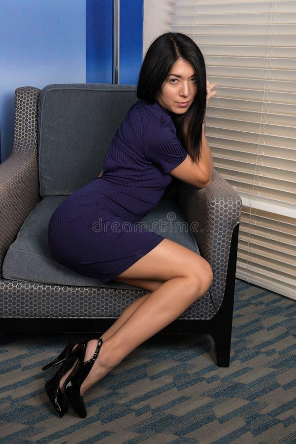 Mujer eurasiática en púrpura fotografía de archivo