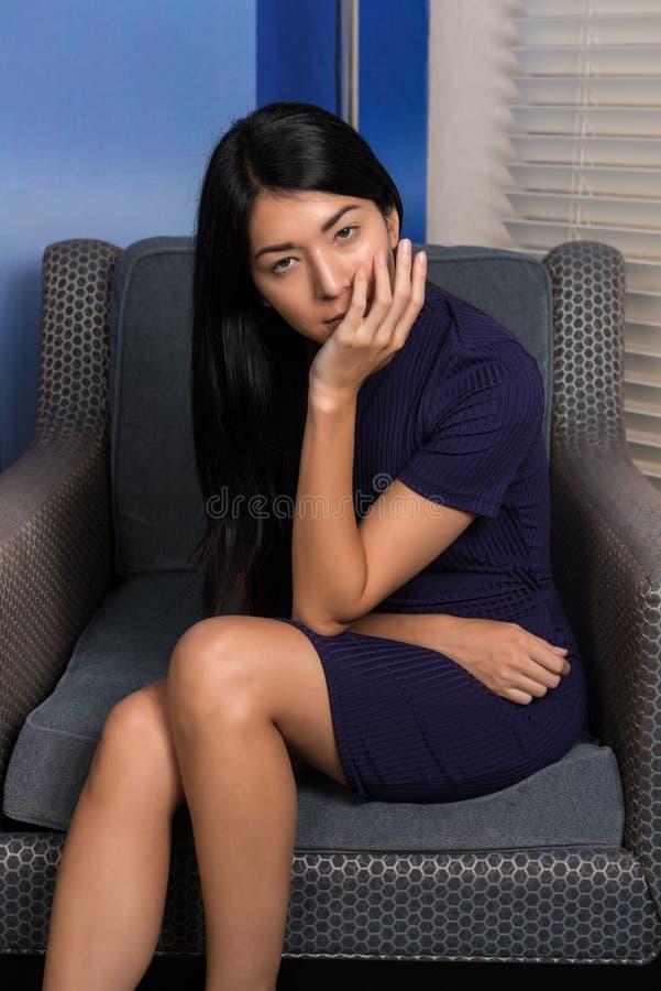 Mujer eurasiática en púrpura imagen de archivo libre de regalías