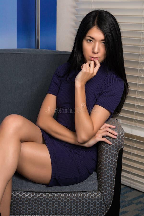 Mujer eurasiática en púrpura foto de archivo