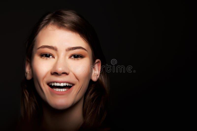 Mujer europea adulta joven alegre que sonríe - imagen común fotografía de archivo libre de regalías