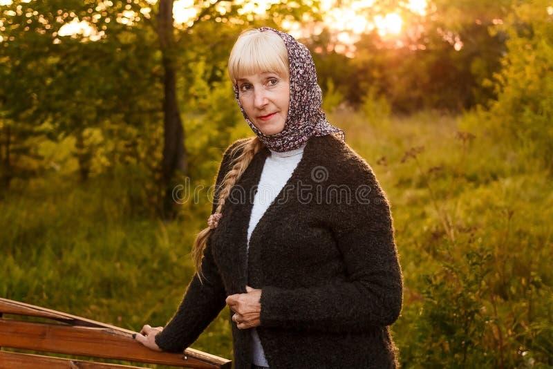 Mujer europea atractiva de la edad del retiro imagenes de archivo