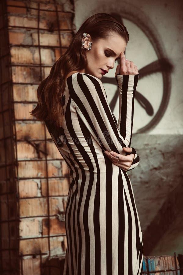 Mujer europea del pelo marrón hermoso en la presentación del vestido elegante del colorfull imágenes de archivo libres de regalías