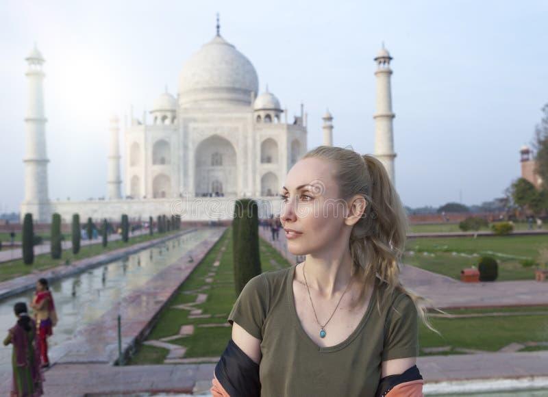Mujer europea el turista en el fondo de Taj Mahal imagen de archivo
