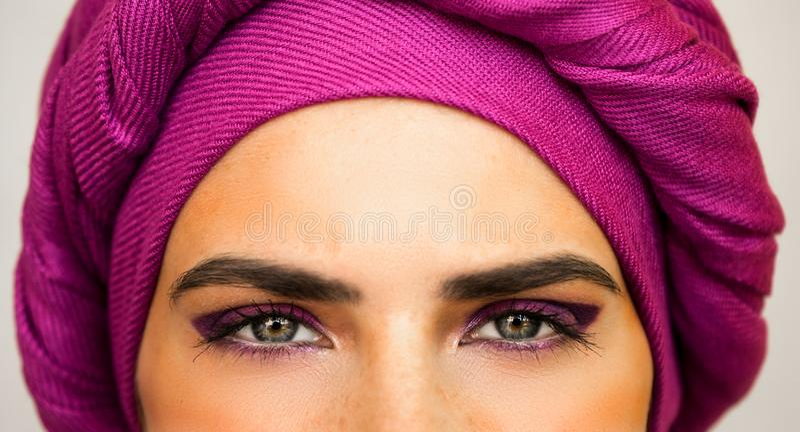 Mujer europea hermosa en un turbante rosado brillante y maquillaje hermoso El estilo de la moda urbana fotografía de archivo libre de regalías