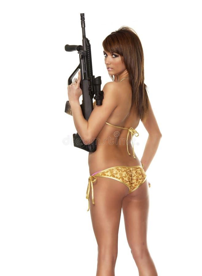 Mujer exótica joven hermosa que sostiene el arma imagen de archivo