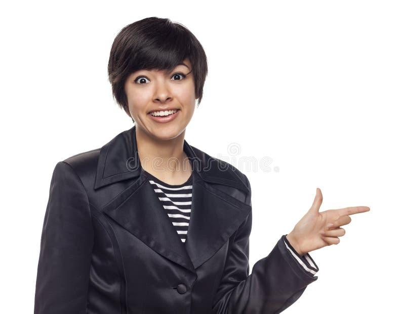 Mujer expresiva de la raza mixta que señala al lado en blanco imagen de archivo