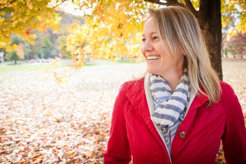 Mujer feliz afuera foto de archivo